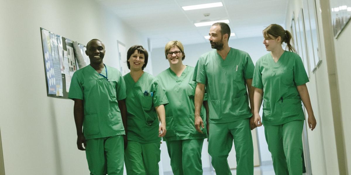 Medisch personeel in de gang
